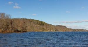 Svan sjö i vinter med kullar till vänstersida Royaltyfri Bild
