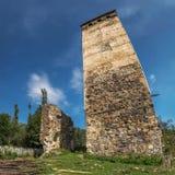 Svan torn som trycker på himlen och den förstörda soliga dagen för gammalt hus i Svaneti Georgia Arkivbild