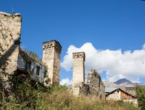 Svan watchtowers i Georgia Royaltyfri Fotografi