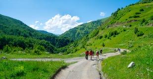 迁徙在Svaneti的年轻远足者, 库存图片