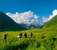 迁徙在Svaneti的年轻远足者 免版税图库摄影