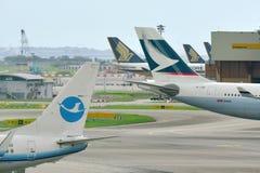 Svansar av Cathay Pacific flygbuss 330 och Xiamen Airlines Boeing 737-800 Arkivbild