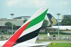 Svansar av Singapore Airlines flygbuss 380 och emirater Boeing 777-300ER Arkivbilder