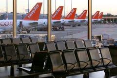 Svansar för EasyJet flygbuss A320 på den Schiphol flygplatsen, Nederländerna arkivfoton