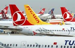 Svansar för flygplan för Istanbul Ataturk flygplatsterminal Fotografering för Bildbyråer