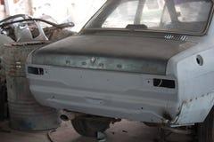 Svansen av bilen repareras i garaget royaltyfri foto