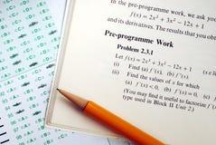 Svara en invecklad matematikfråga royaltyfri bild