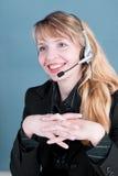 svarande le telefon för kvinnlig Arkivfoto