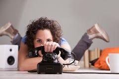Svarande telefon för flicka i en rusa Arkivfoto