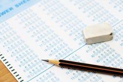 Svarsark med blyertspennan Arkivbild