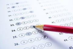 Svarsark med blyertspennateckningen fyller för att välja val Royaltyfria Bilder