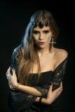 Svart ängel med långa ögonfrans Kyla blick Bilden av dagallhelgonaaftonen Royaltyfri Foto