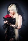 Svart änka i sorg med blommor med en skyla Royaltyfri Bild