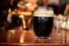 Svart öl i exponeringsglas royaltyfri foto