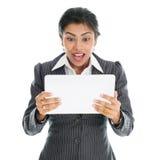 Svart affärskvinna som använder minnestavlaPC arkivfoton