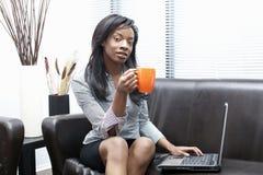 svart affärskvinnakaffe som har royaltyfria bilder