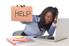Svart afrikansk amerikanetnicitet frustrerade kvinnan som arbetar i spänning på kontoret arkivbild