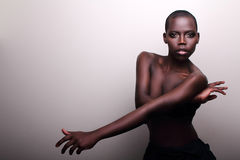 Svart afrikanskt ungt sexigt danar modellerar studioståenden Royaltyfria Bilder