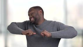 Svart afro amerikansk man som har gyckel lager videofilmer