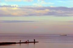 svart aftonfiskareodessa hav Royaltyfri Foto