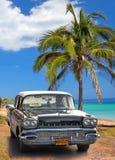 Svart amerikansk klassisk bil på Fotografering för Bildbyråer