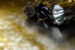 Svart anodiserad aluminium vattentät taktisk ficklampa Arkivfoton