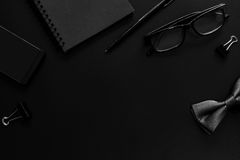 Svart anteckningsbok och mobiltelefon på skrivbordkontor Fotografering för Bildbyråer