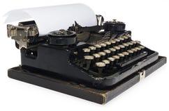 Svart antik skrivmaskin, med det vita tomma arket av papper Arkivbilder