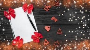Svart bakgrund av Xmas claus bokstav santa Leksaker och röda leksaker Utrymme för text Top beskådar Effekt av ljusa ljusa fråna r royaltyfri bild