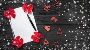 Svart bakgrund av Xmas claus bokstav santa Leksaker och röda leksaker Utrymme för text Top beskådar Snöeffekt royaltyfria foton