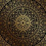 Svart bakgrund med den guld- orientaliska prydnaden Royaltyfria Foton