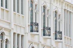 Svart balkong på vit byggnad Royaltyfria Foton