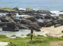 Svart barn på stranden i Sri Lanka Arkivfoto