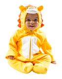 Svart barnpojke, iklädd lejonkarnevaldräkt som isoleras på vit bakgrund Behandla som ett barn zodiak - teckenLejonet Royaltyfria Foton