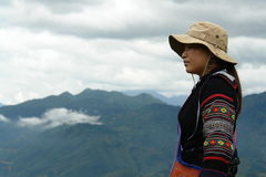 svart beskåda hmongstamkvinna Arkivbild