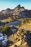 Svart bete Volcano Rock Landscape Blue Lake Garibaldi Park F. KR. Kanada royaltyfria bilder