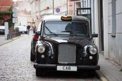 Svart bil för taxi Arkivfoton