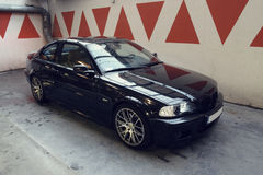 Svart bil i garaget, BMW E46 kupé Arkivbild