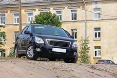 Svart bil som parkeras på kanten av lutningen royaltyfri bild