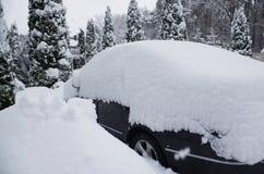 Bil under snow Arkivbild