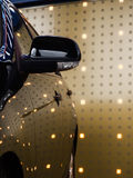 Svart bilsida mot den ljusa väggen Royaltyfri Foto