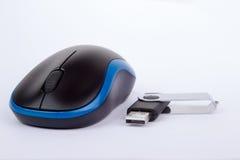 Svart blå datormus med en usb-pinne Fotografering för Bildbyråer