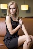 svart blond klänningkvinna arkivbild