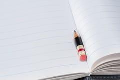 Svart blyertspenna med det rosa radergummit på ett papper Royaltyfri Bild
