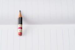Svart blyertspenna med det rosa radergummit på ett papper Royaltyfri Foto