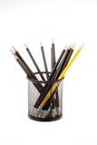Svart blyertspennahållare med blyertspennor som isoleras på vit Fotografering för Bildbyråer