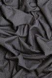 Svart bomullstyg med vita prickar planlägger textur Överlappande remsor Bakgrund Royaltyfri Foto