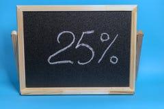 Svart br?de i en tr?ram p? en bl? bakgrund med inskriften 25 procent Modell f?r att shoppa, f?rs?ljningar fotografering för bildbyråer