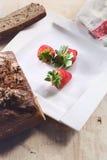 Svart bröd med jordgubben på en plätera Fotografering för Bildbyråer