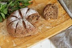 Svart bröd på ett träbräde royaltyfri fotografi